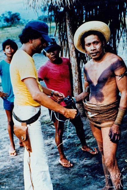 José Apoena Soares Meireles (sertanista) e o chefe Canindé na frente de contato da Funai, para atração e pacificação dos Uru-Eu-Wau-Wau da região do Posto de vigilância Comandante Ary (antigo Posto Indígena Alta Lídia). Foto: Jesco von Puttkamer/IGPA, 1982.