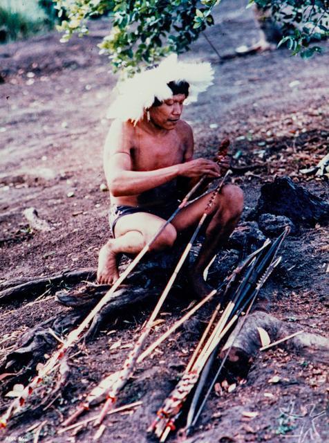 Uru-Eu-Wau-Wau colocando o Tiki-uba em sua flecha. Foto: Jesco von Puttkamer, 1985.