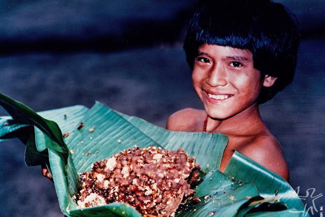 Baiupá, filho mais novo do chefe Djaí Uru-Eu-Wau-Wau, com favos de mel silvestre. Foto: Jesco von Puttkamer, 1985.