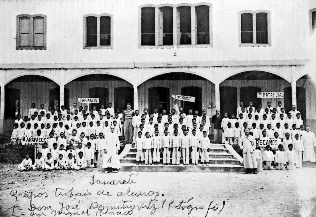 Grupos de alunos separados por etnia. Internato da Missão Salesiana. Iauaretê. © Arquivo da Diocese de São Gabriel da Cachoeira