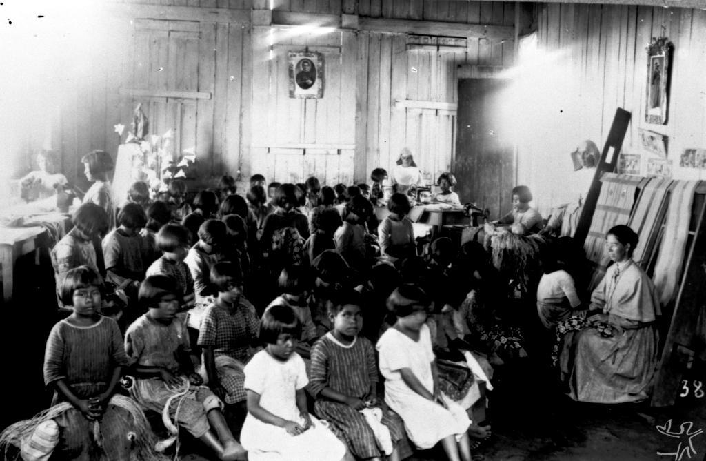 Costura, tecelagem e fiação no internato da missão Salesiana (D. Leopoldina à direita), Iauaretê - Cachoeira (rio Uaupés). © Arquivo da Diocese de São Gabriel da Cachoeira
