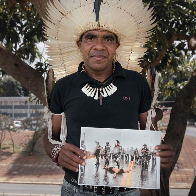Cacique Babau Tupinambá segura imagem da repressão policial ocorrida nas manifestações dos 500 anos do descobrimento, no ano 2000. Foto: Luiza Calagian/ISA, 2017.