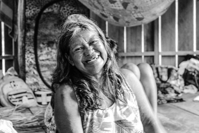 Fátima Paumari, com a neta pamela, aldeia Crispim, TI Paumari do Lago Marahã (AM), setembro de 2016 / Oiara Bonilla