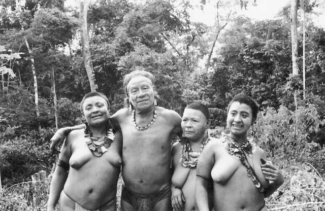 Kunibu e sua família na aldeia Akuntsu. Foto: Adelino de Lucena Mendes, 2002.