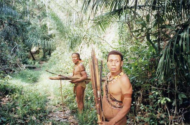 Porak e Kunibu com arcos e flechas Foto: Adelino de Lucena Mendes, 2002.