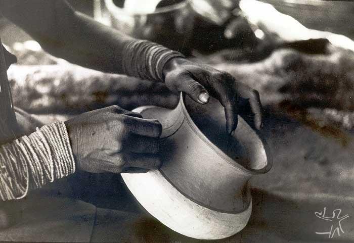 Fazendo um pote. Foto: Lucia H. van Velthem, 1975.
