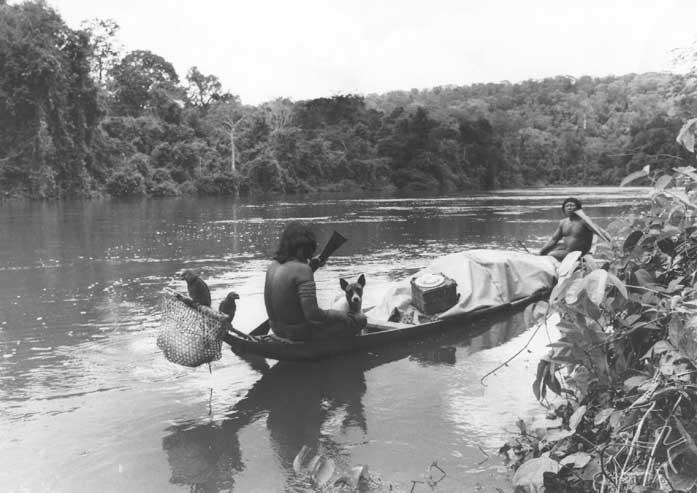 Iacute;ndios Aparai do Rio Citaré se mudando para Bona (antigo nome da aldeia Apalai). Foto: Agência O Globo, 1973.