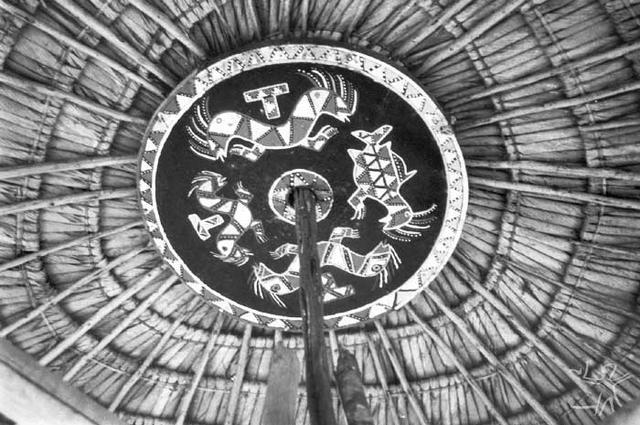 Maruana, roda de madeira confeccionada para ser posta no teto da casa Tukuxipam. Foto: Paula Morgado, 1989.