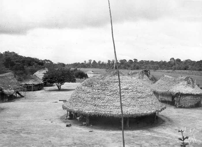 Aldeia no alto curso do rio Paru de Leste, no Pará. No centro, a tukusipan; à direita, o campo de pouso da FAB. Foto: Daniel Schoepf, 1976.