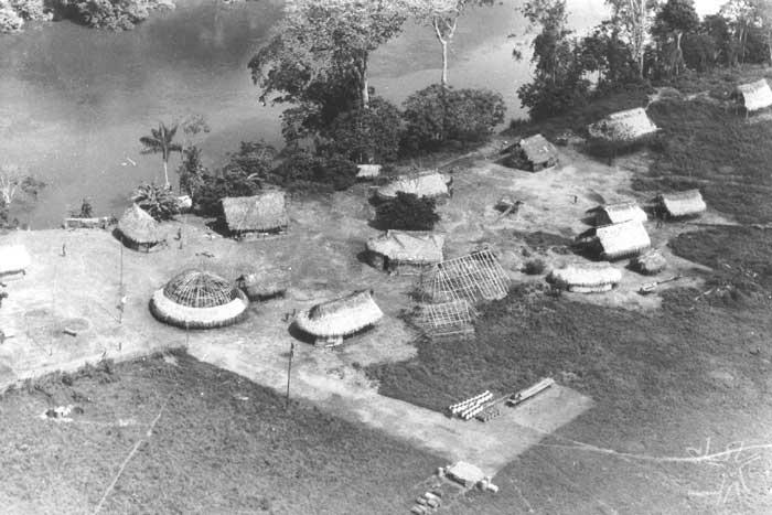 Aldeia Bona (antigo nome da aldeia Apalai), no rio Paru. Foto: Agência O Globo, 1981.
