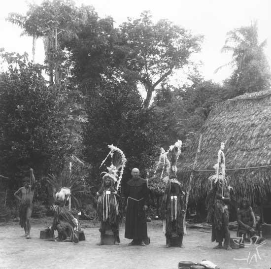 Índios com o Frei. Foto: Protasio Frikel, 1955.