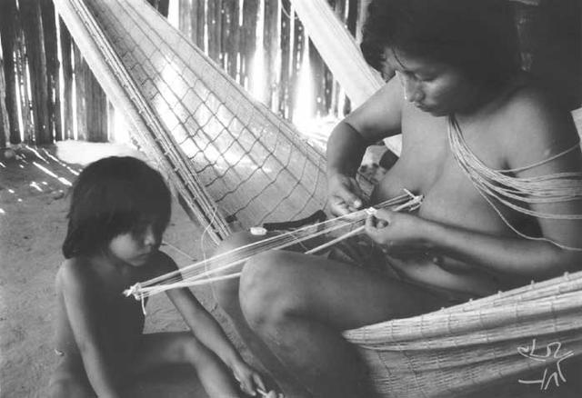 Confeccionando um bracelete feminino na aldeia Apalai. Foto: Paula Morgado, 1989.