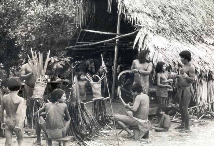 Preparando os olok (em wayna; orokó em aparai), adornos para a festa de Okomo (em aparai; eputop em wayana). Foto: Lúcia H. van Velthem, 1975.