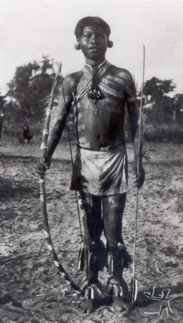 Jovem apinajé paramentado e dispondo de arco e flecha cerimoniais. Foto: Curt Nimuendaju, 1931.