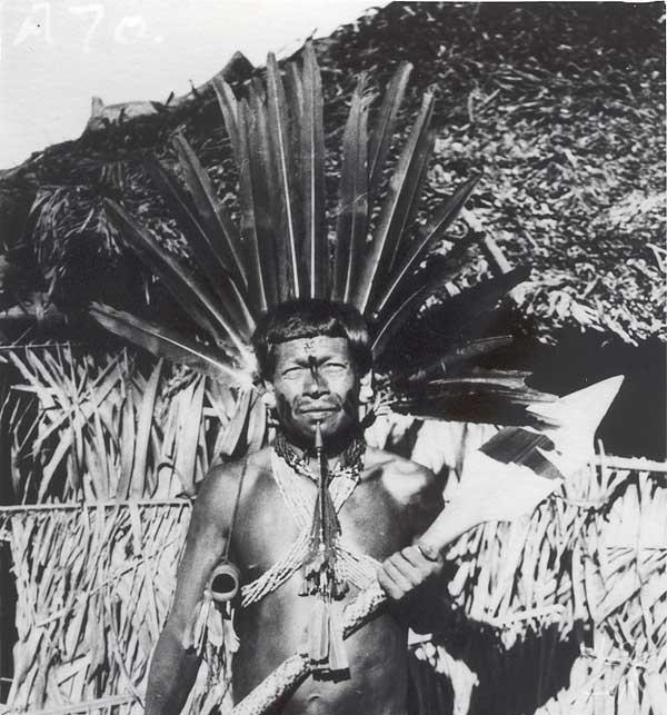 Apinajé paramentado com cocar de penas de arara. Foto: Curt Nimuendaju, 1937.