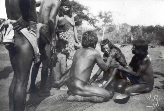 Perfuração do lábio em ritual de iniciação. Foto: Curt Nimuendaju, 1937.