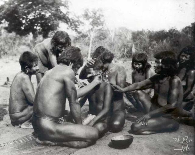 Perfuração da orelha em ritual de iniciação. Foto: Curt Nimuendaju, 1937.