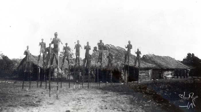Homens sobre andas caminhando pela aldeia. Foto: Curt Nimuendaju, 1937.