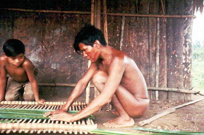 Índio Bara com seu filho no Alto Papuri. Foto: Jean Jackson, 1969.