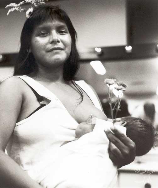 Índia Tuyuka com seu filho em um evento cultural em São Paulo. Foto: Miguel Chaves, 1998.