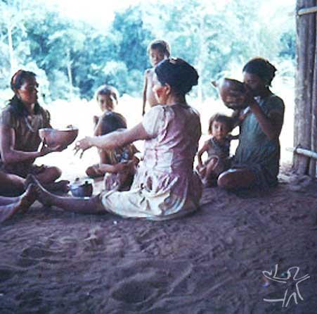 Índios Bara no Alto Papuri. Foto: Jean Jackson, 1969.