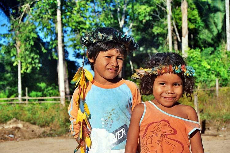 Crianças na Terra Indígena Arara do Rio Branco. Foto: Gilton Mendes, 2006
