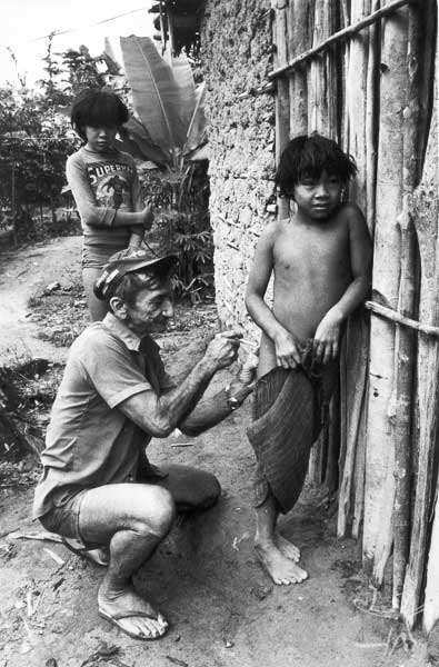 Antonio Luís Lisbôa Dutra, o Mano Velho, atendente de enfermagem do Posto Indígena Ipixuna desde 76, e o menino Maekãyi, durante epidemia de gripe. Foto: Eduardo Viveiros de Castro, 1982.