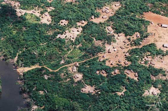 Vista aérea da atual aldeia. Foto: Pedro Martinelli, 2002.
