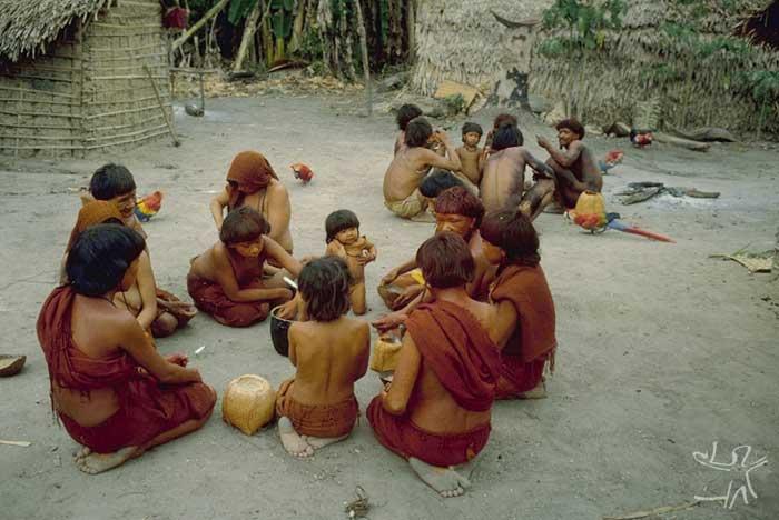 Refeição coletiva na aldeia. Foto: Eduardo Viveiros de Castro