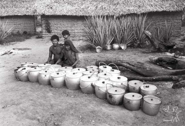 Casal patrocinador de um cauim alcóolico (Kan 'Da). As panelas pertencem a toda a aldeia e são emprestadas para a ocasião. Foto: Eduardo Viveiros de Castro, 1982.