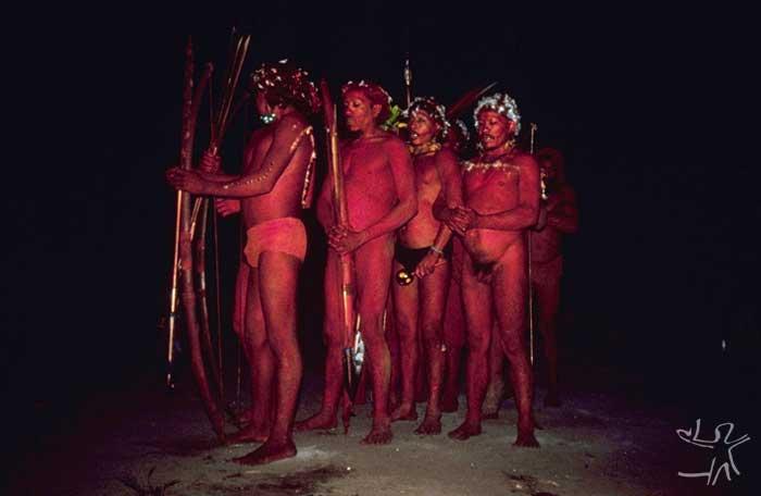 Dança opirahë. Foto: Eduardo Viveiros de Castro, 1981