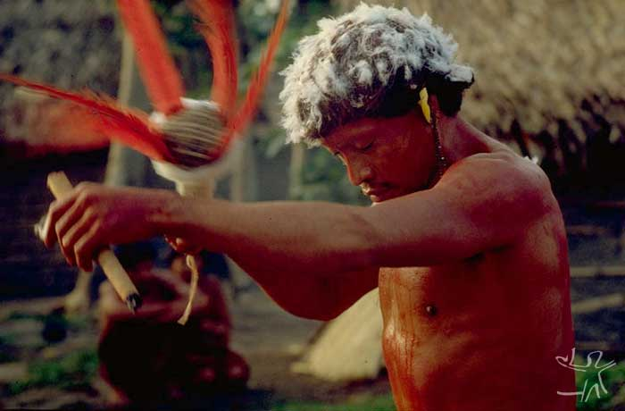 O pajé Kañî-paye com o aray e o charuto. Foto: Eduardo Viveiros de Castro, 1982.