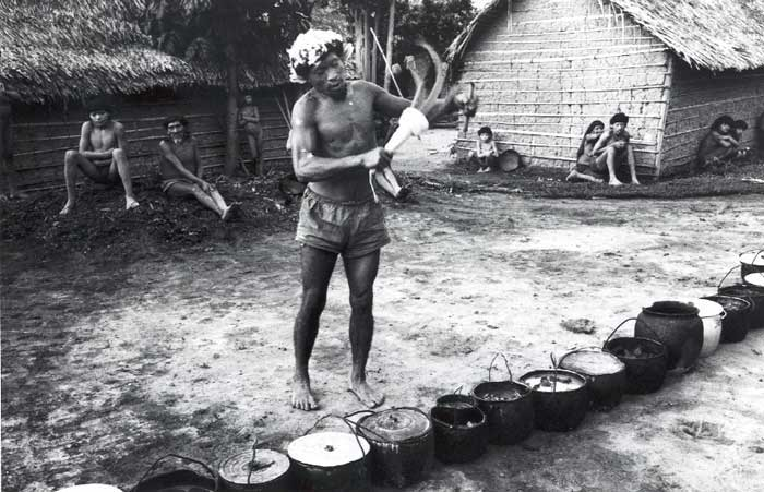 Pajé Kañî-paye benzendo carne de jaboti. Foto: Eduardo Viveiros de Castro, 1983.