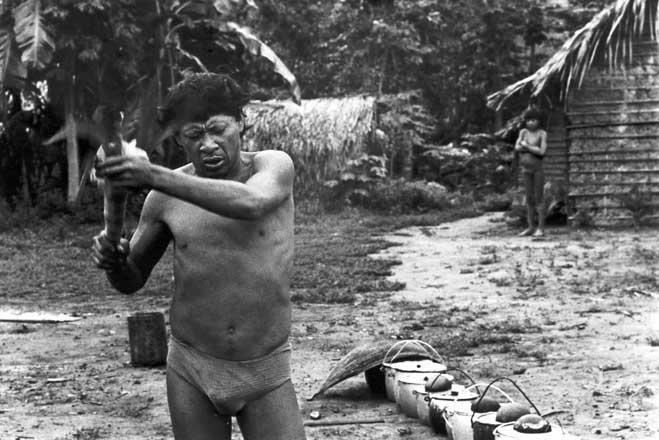 Pajé Moinayärä (peye) em transe e o chocalho aray em cerimônia do cauim doce. Foto: Eduardo Viveiros de Castro, 1982.