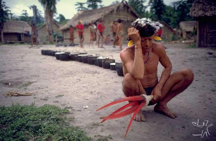 Pajé cantando em uma cauinagem. Foto: Eduardo Viveiros de Castro, 1982
