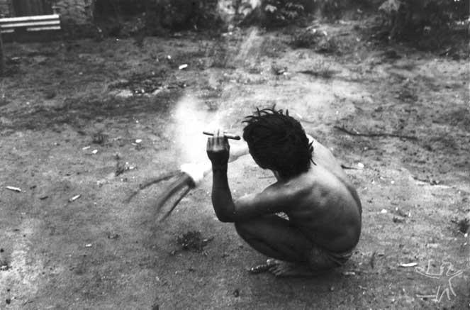 O pajé Kãyipayerä com o aray e um charuto (petï puku), instrumentos básicos do xamanismo, em cerimônia do cauim doce. Foto: Eduardo Viveiros de Castro, 1982.