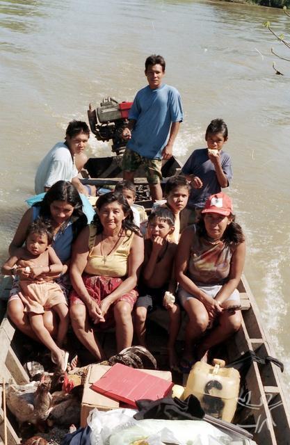 Navegando no Rio Branco. Foto: Hein van der Voort, 2004.
