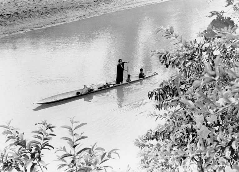 Família ashaninka pescando no rio Amônia. Foto: Márcio Ferreira, 1989.