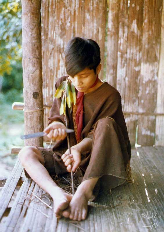 Fabricação de flechas. Aldeia do Samuel. Foto: Arno Vogel, 1978.