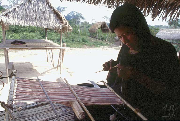 Mulher ashaninka confeccionando uma kushma. Foto: Beto Ricardo , s/d.