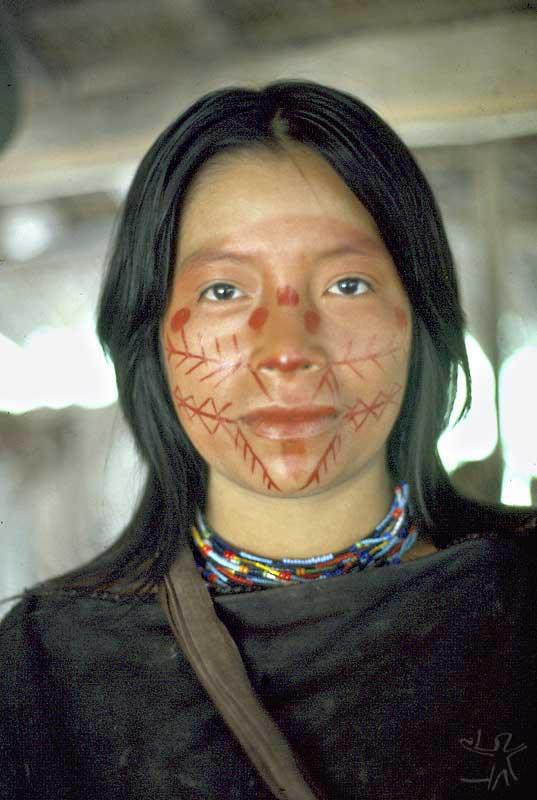 Pintura facial em mulher ashaninka no rio Amônea. Foto: Mauro Almeida, 1983.