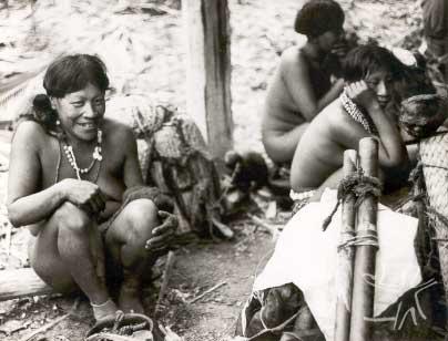 Asurini por ocasião do primeiro contato. Foto: Monsenhor Anton Lukesch,1971.