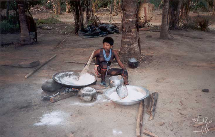 Mulher asurini torrando farinha. Foto: Fabíola Silva, 1998.