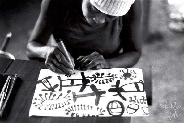 Foto: Nakwatxia, do grupo do alto Tocantins, desenhando. André Toral, 1985