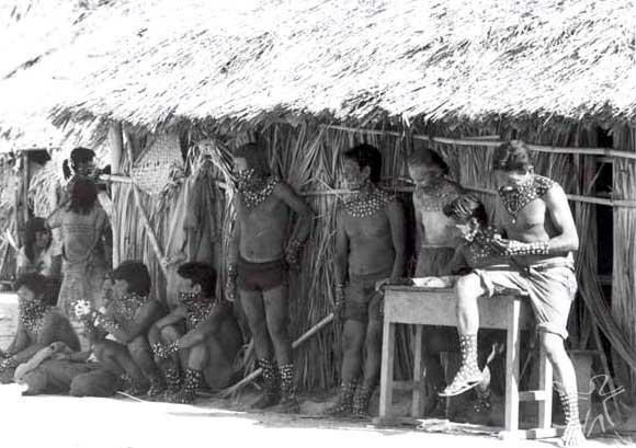 Padre salesiano Ochoa (o segundo em pé, da direita para a esquerda) entre os Bororo da aldeia das Garças durante ritos funerários. Foto: Sylvia Caiuby Novaes, 1986.