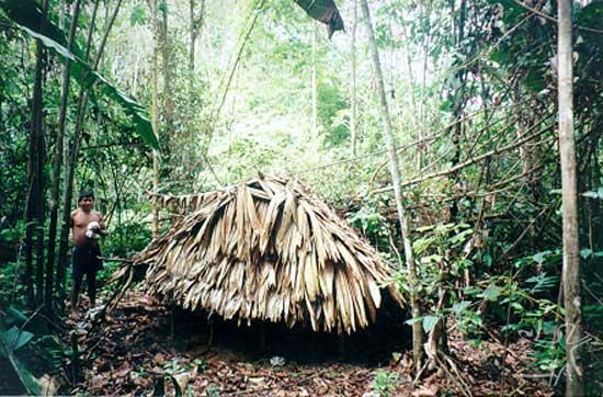 Saravi mostra um sepulcro nas proximidades da aldeia Buzina. Foto: Rodrigo Padua Rodrigues Chaves, 1998.