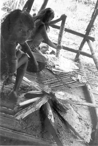Ralando mandioca. Foto: Egon Heck, 1982.