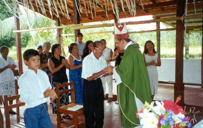 Bispo de Macapá na festa dos 50 anos do grupo Galibi no Brasil. Foto: Lux Vidal, 2000