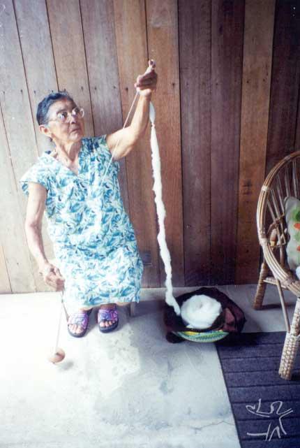 Dona Carolina Lod fiando algodão para confecção de redes. Foto: Lux Vidal, 2000