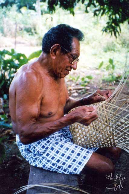 Sr. Geraldo Lod fiando um cesto. Foto: Lux Vidal, 2000